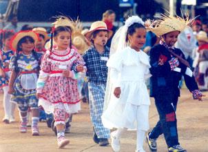 Crianças realizando os passos de quadrilha